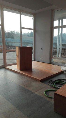 una stanza con un pavimento in legno