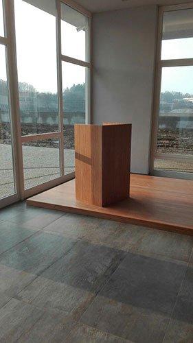 una stanza con pavimento in piastrelle grigie e in legno