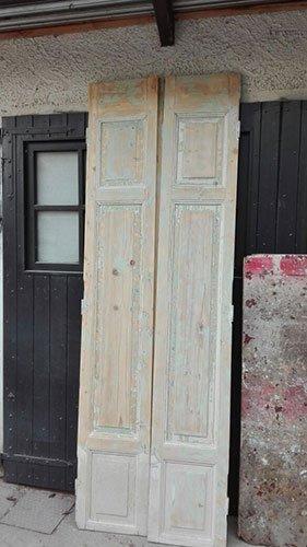 due porte rovinate in legno