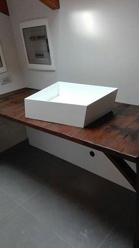 un tavolo in legno con sopra un lavabo moderno