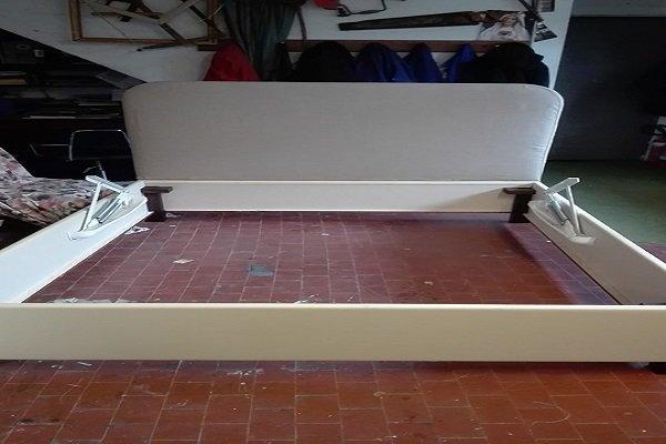 struttura di un letto di color avorio