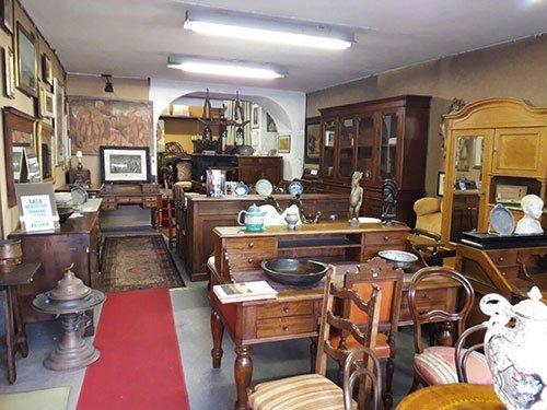 dei mobili in legno all'interno di un antiquario