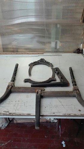 dei pezzi di una sedia in legno