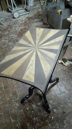 un tavolino in legno
