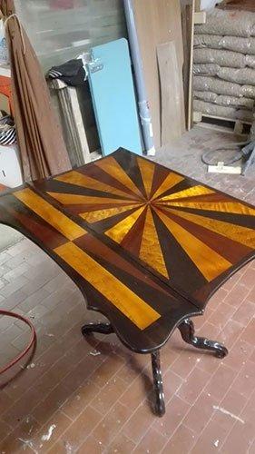 un tavolino in legno in una falegnameria