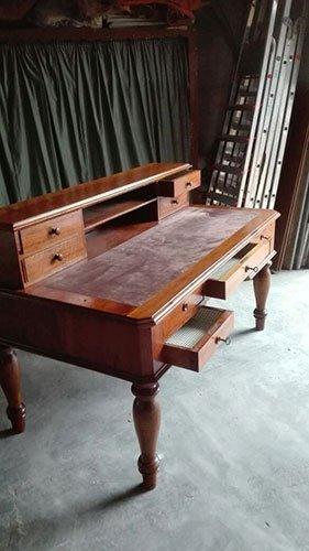 un tavolo in legno con dei cassetti aperti