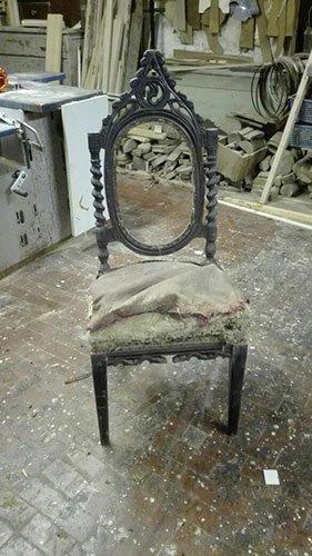 una sedia con cuscino rovinato