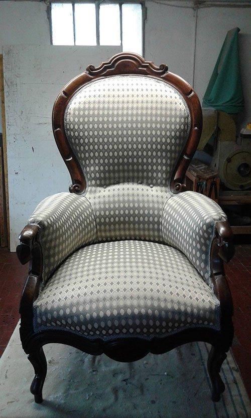 una sedia in legno con cuscini imbottiti