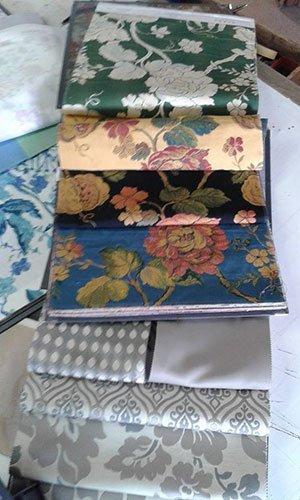dei campioni di stoffe di tappezzeria con  disegni a fiori