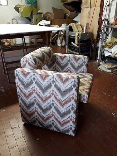 una poltrona recliner rivestita con una stoffa di color grigio e marrone