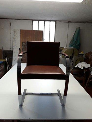 una sedia moderna con una struttura in metallo
