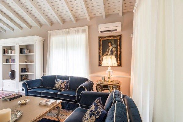 una sala con due divani di color blu e un tavolino