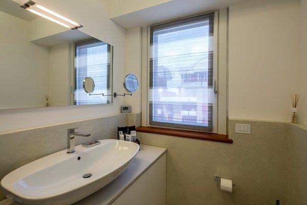 un bagno con un lavabo grande e una finestra
