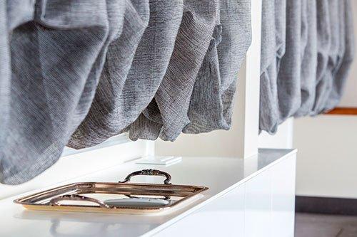 delle tende di color grigio