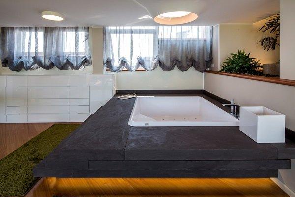 un bagno con una grande  vasca