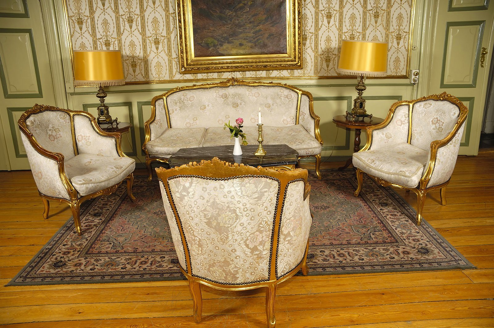 Elegante camera con mobili antichi
