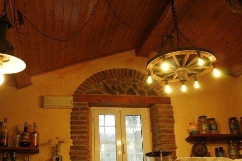 soffitto in legno e candelabbro