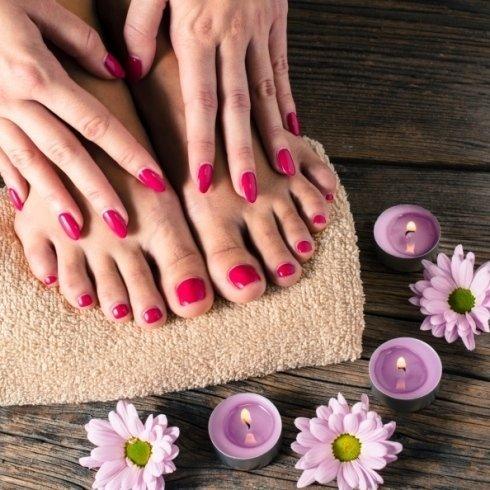 pedicure e manicure, trattamento mani e piedi
