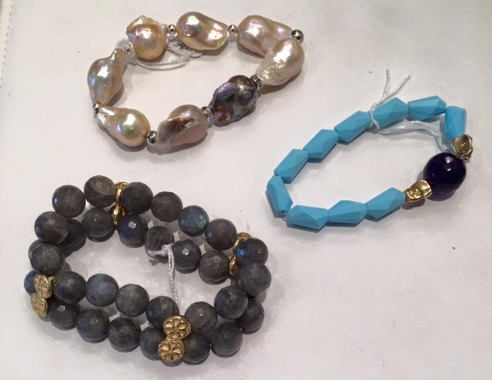 bracciali con pietre dure nere, perle e pietre azzurre