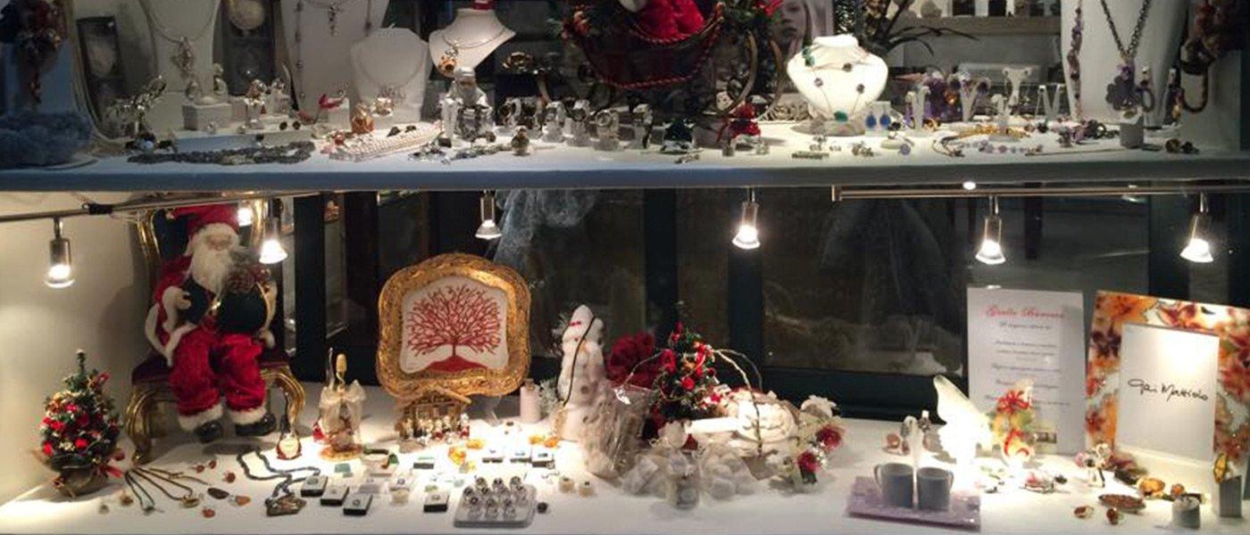 vetrina con esposizione di gioielli durante il periodo natalizio