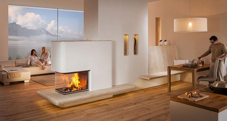 Stufa a legno riscalda soggiorno con persone sedute su un divano
