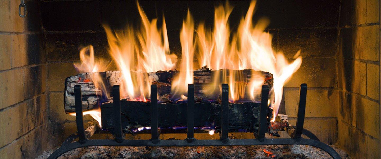 particolare di legna in combustione in caminetto
