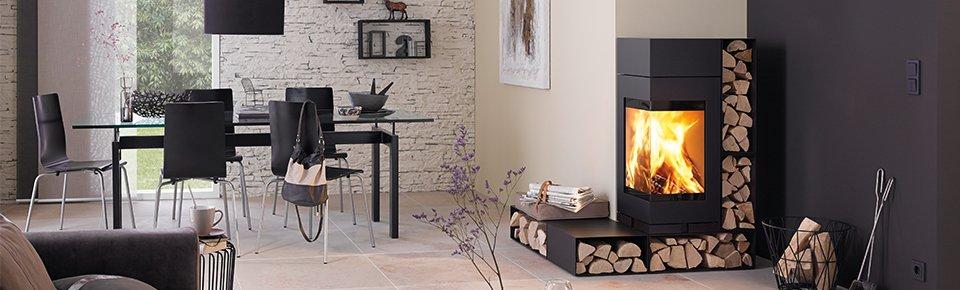 Salotto moderno riscaldato da stufa a legna