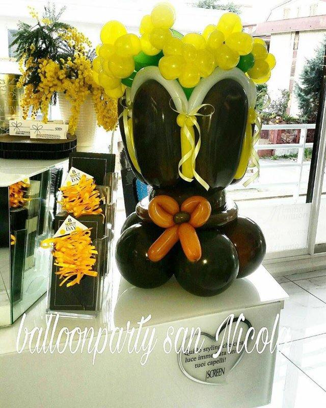 una composizione di fiori fatta di palloncini