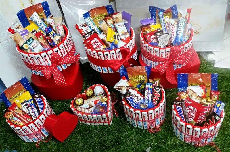 dei cestini rossi con delle barrette di snack al cioccolato