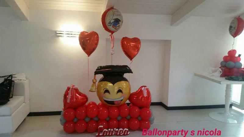 dei palloncini colorati in tema laurea