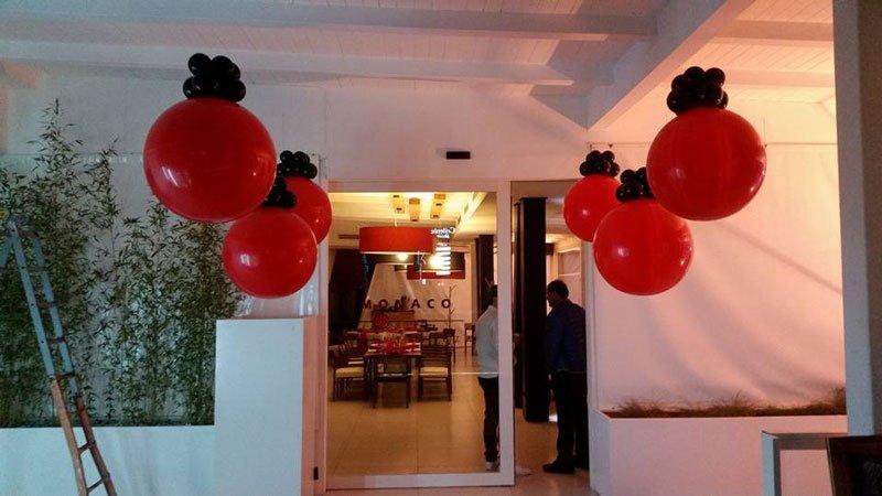 dei palloncini rossi e neri stile lampadario