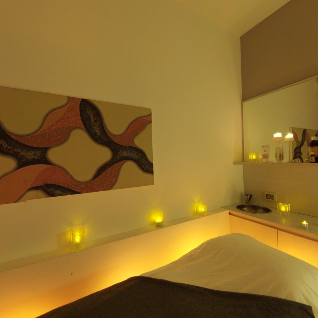 un quadro in una stanza con un letto e dei lumini