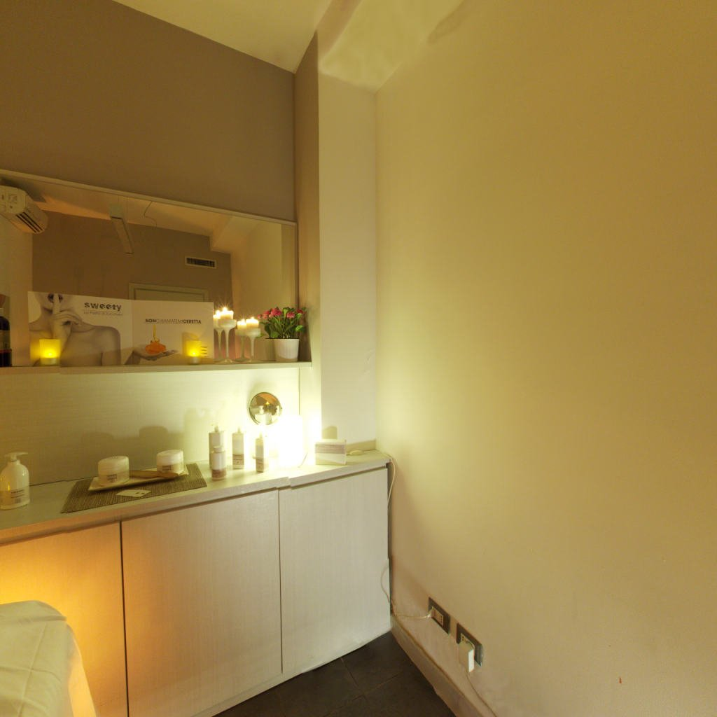 un mobile bianco con sopra dei prodotti e uno specchio