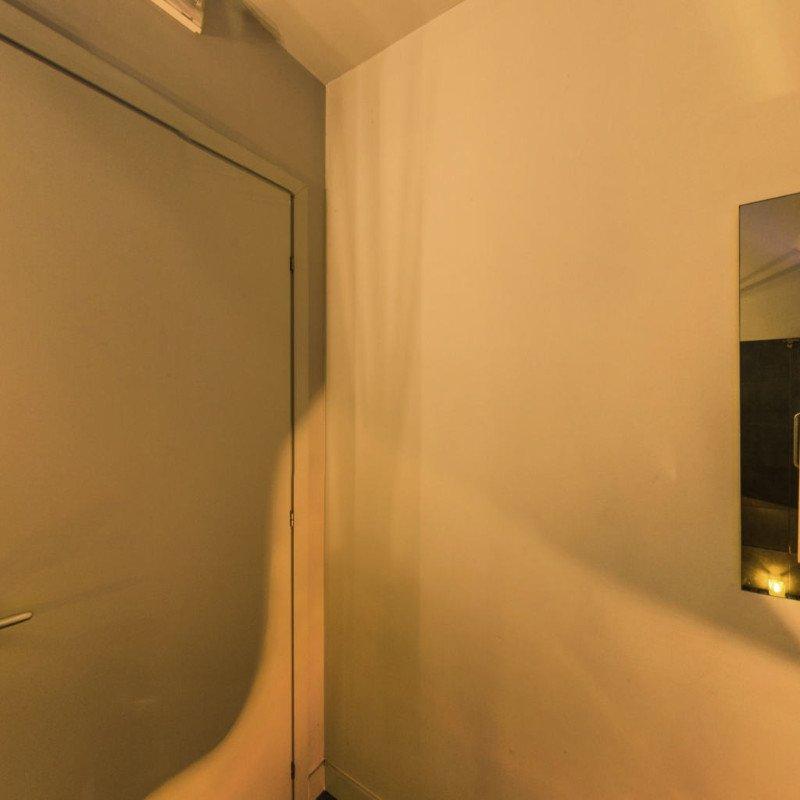 un muro e una porta bianca