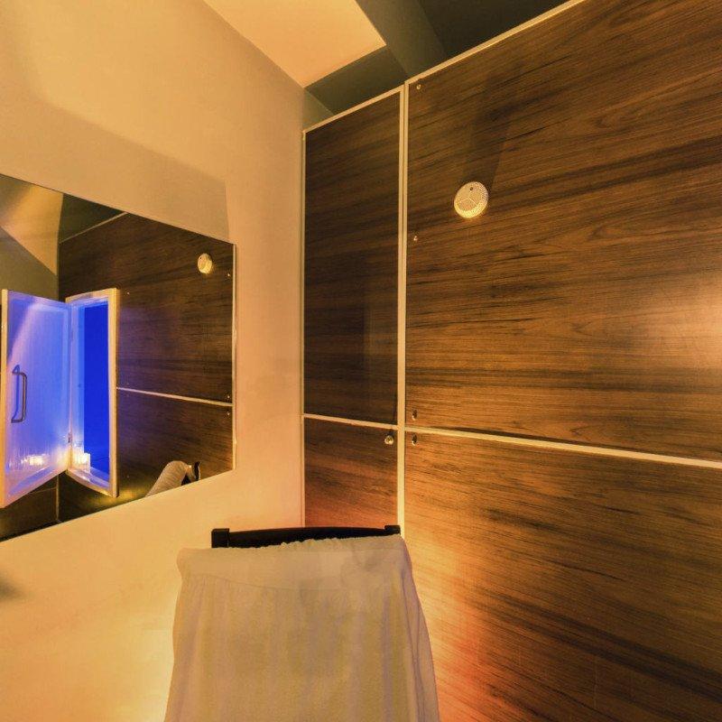 dei pannelli in legno su una parete e uno specchio