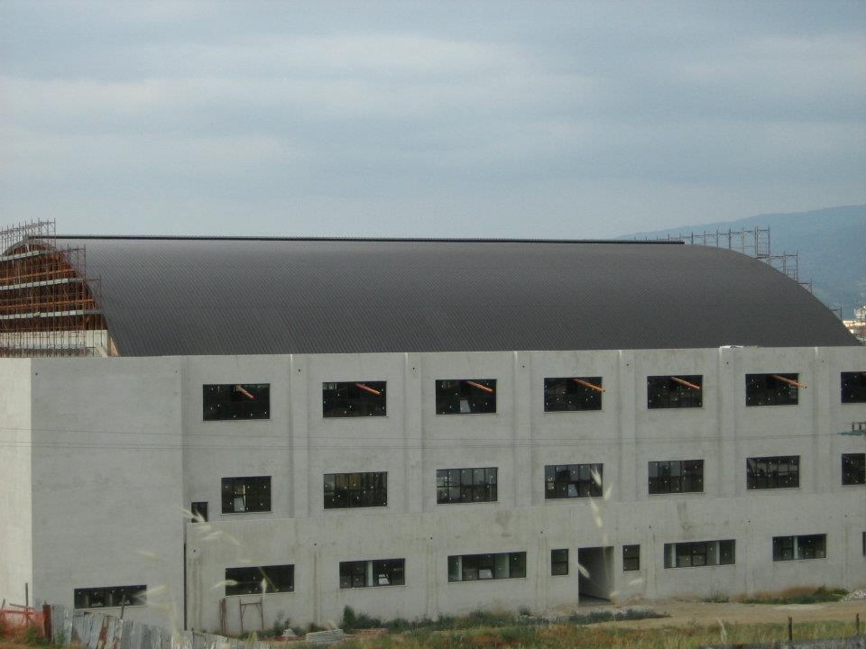 vista laterale di un edificio in costruzione