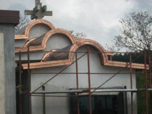 vista frontale di una chiesa in costruzione