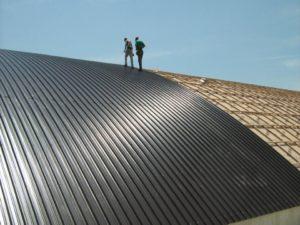 uomini su un tetto con pannello in metallo
