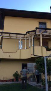 vista di un edificio con tettoia antipioggia