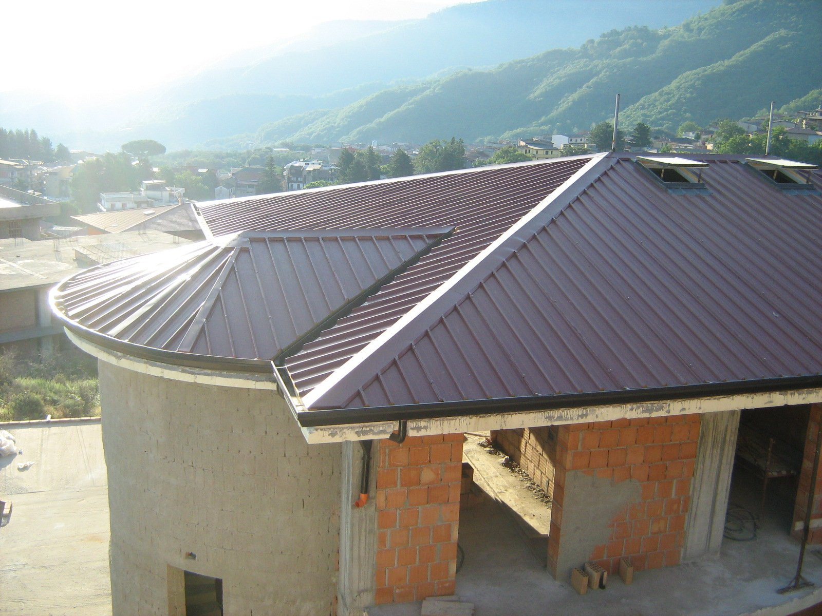 edificio in ristrutturazione con due lucernari sul tetto
