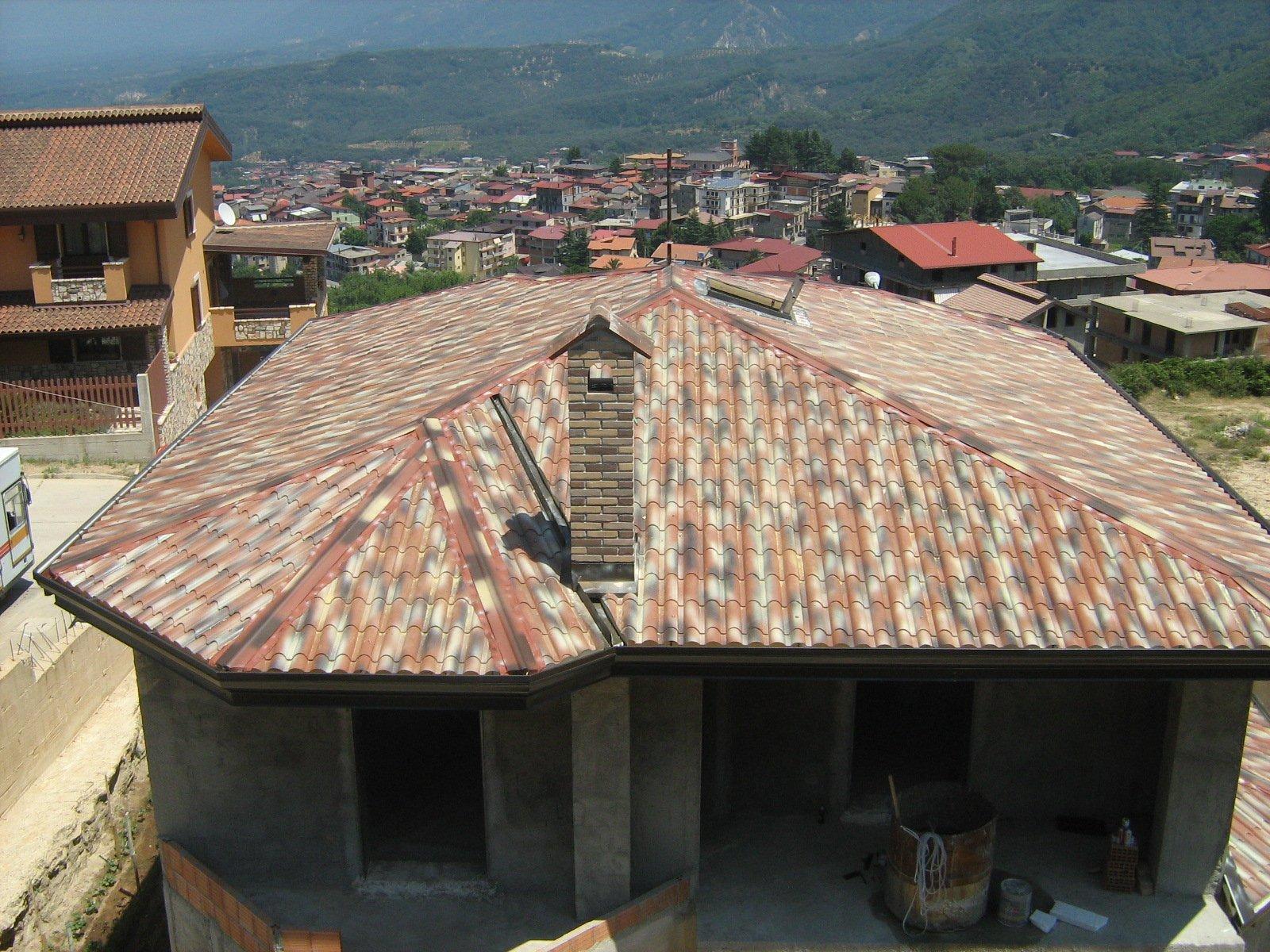 esterno di un edificio con vista frontale sulle montagne