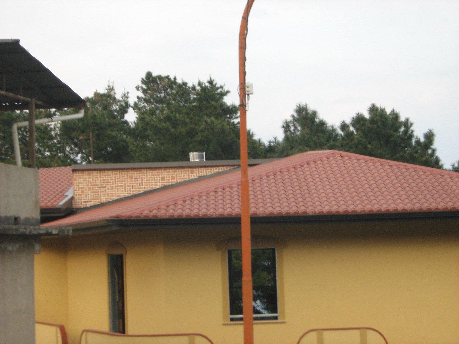 casa dietro un palo della luce