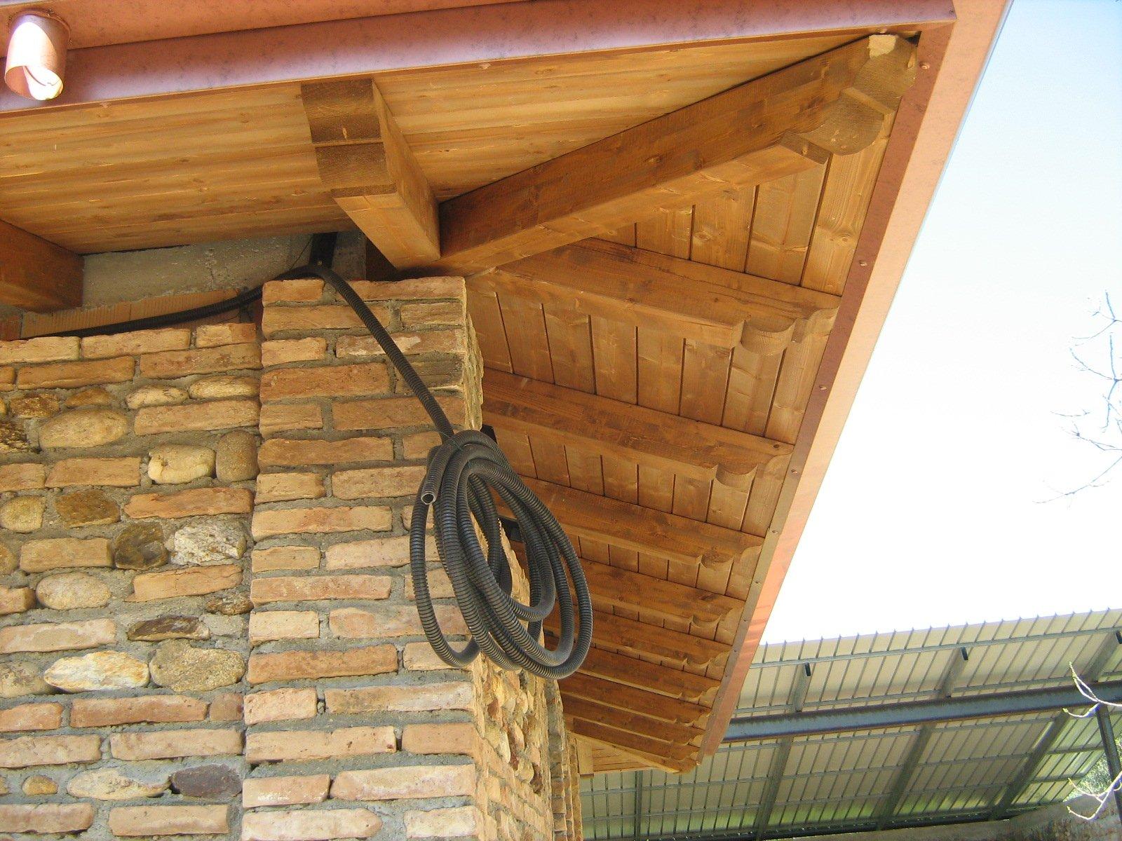 vista laterale di tetto in legno