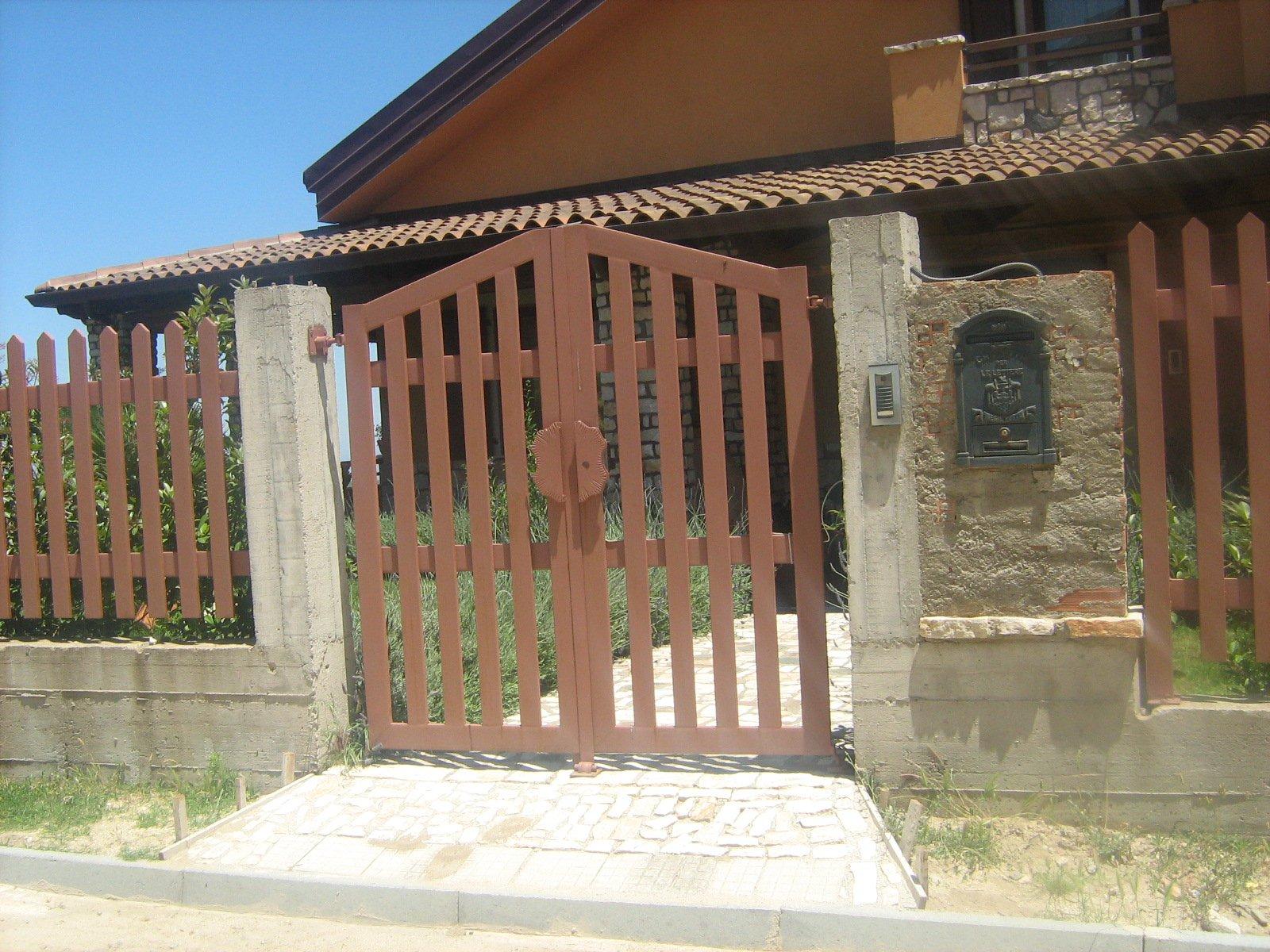 vista frontale d'ingresso di un edificio