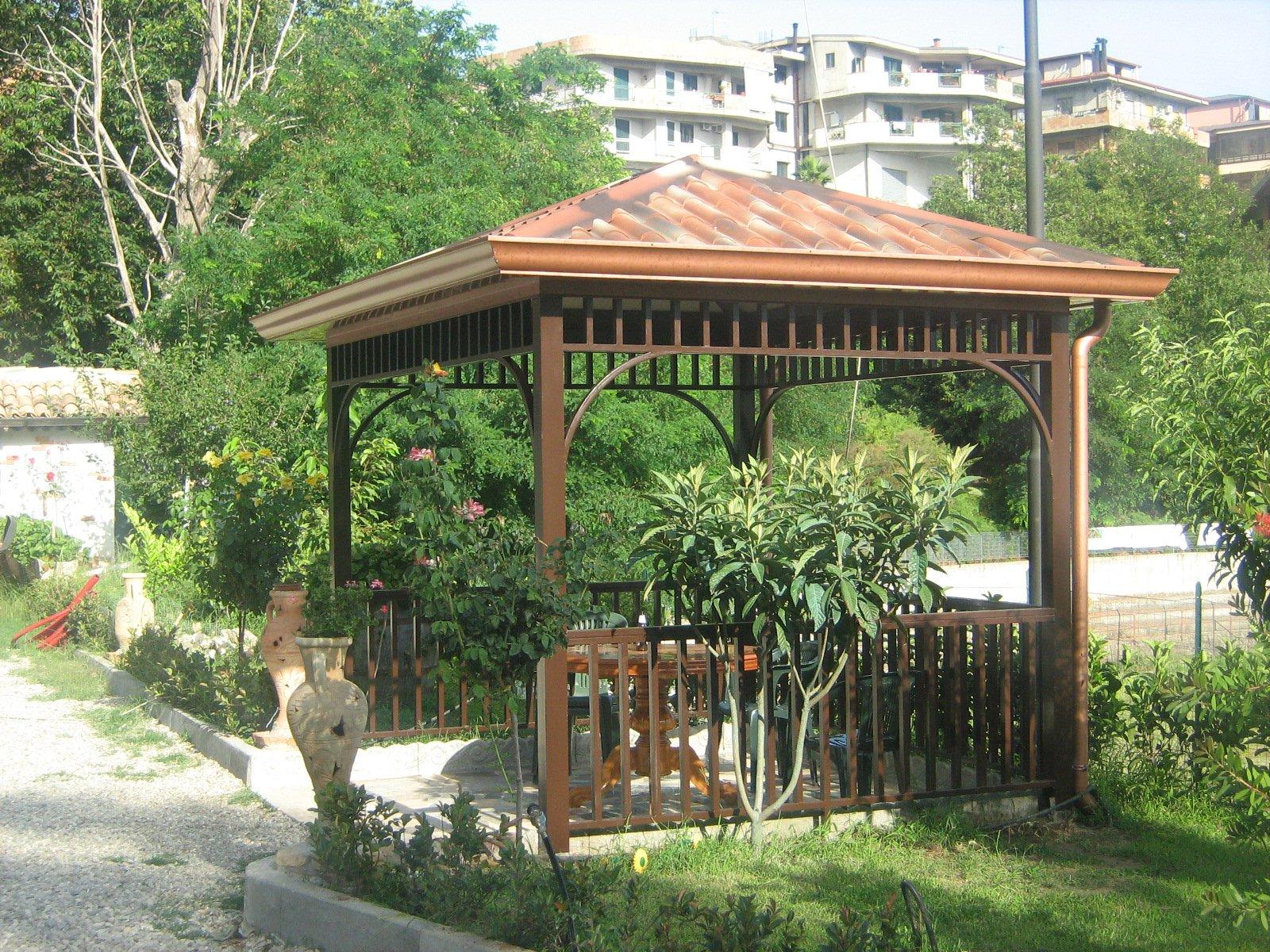 una pergola con giardino