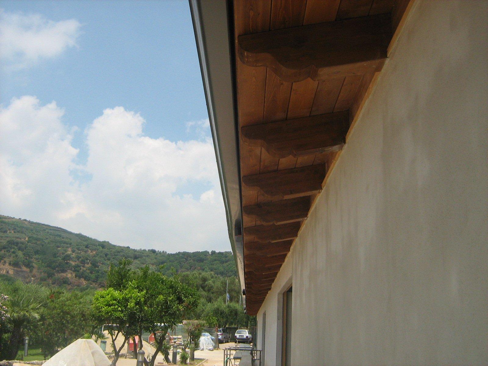 pannelli in legno sotto le grondaie