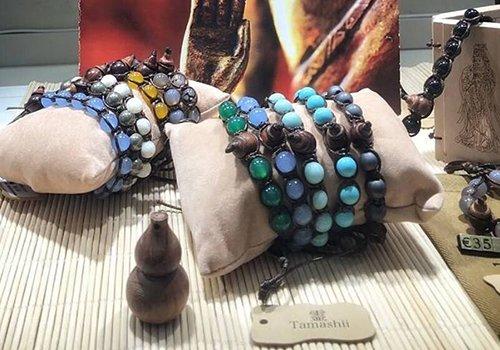 dei bracciali con pietre grosse colorate