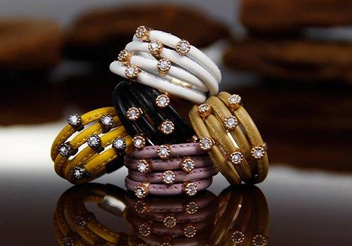 dei bracciali con delle perline di diversi colori