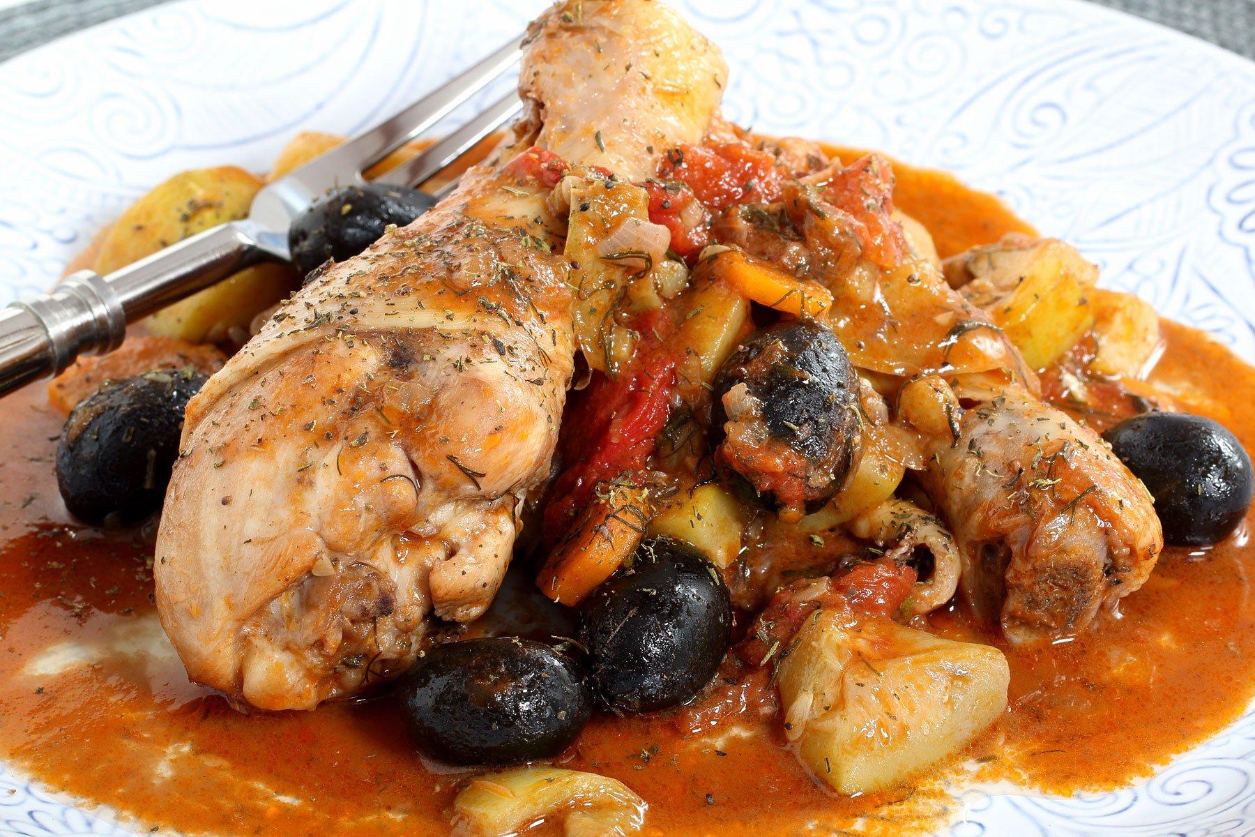 Delle cosce di pollo con delle olive nere