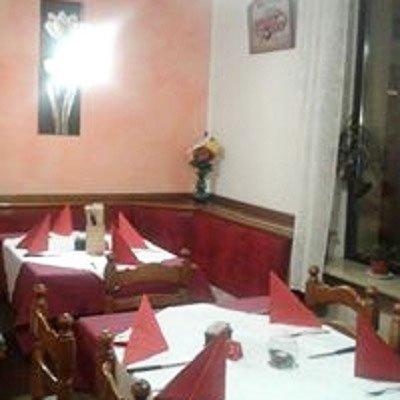 Due tavoli con delle tovaglie bianche e rosse